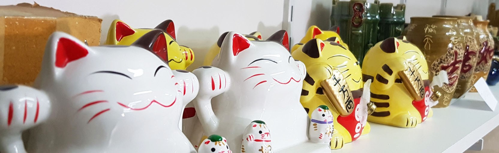Retrouvez nos chats Neko porte-bonheur ! Blanc, jaune.. Il y en a pour tous les goûts! Oriental-Import.com